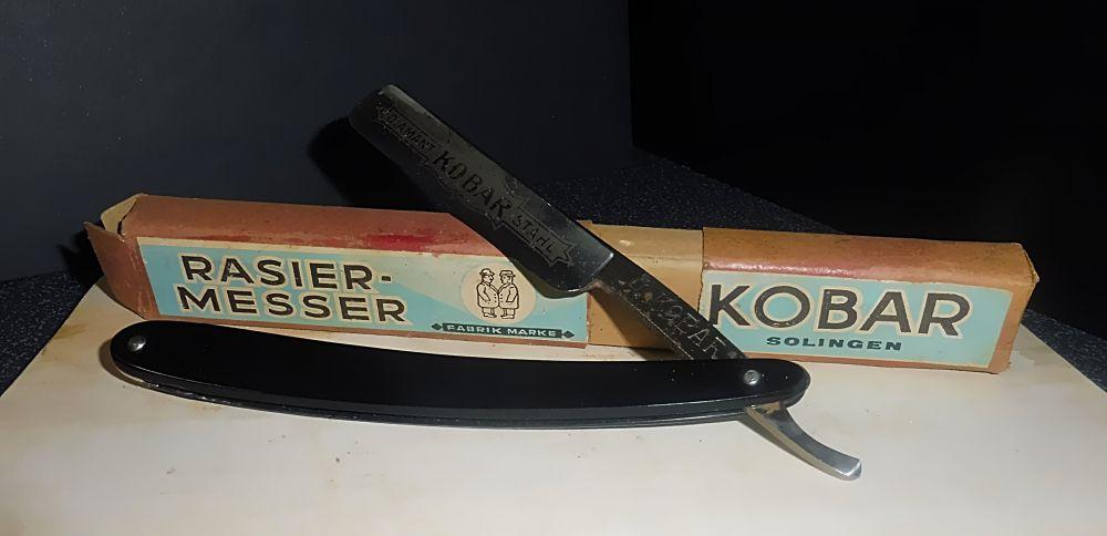 Altes Rasiermesser in Pappschachtel