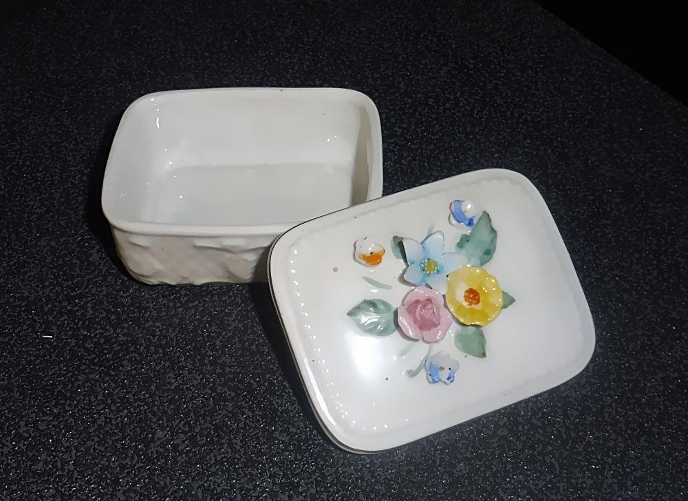 Porzellandose mit Blüten-Applikationen Fine China
