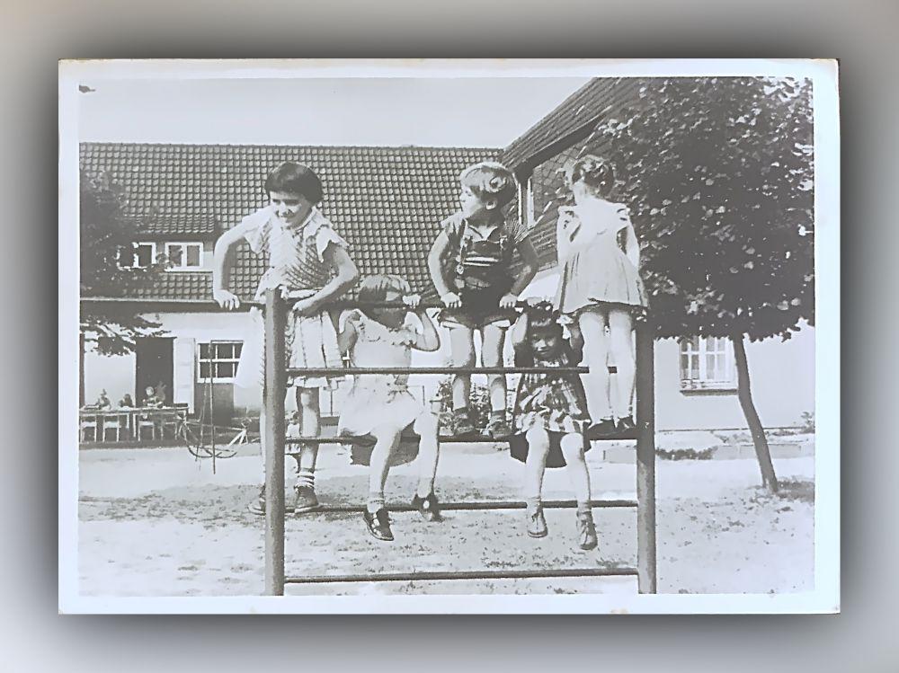 Frohe Kinder in einem Kindergarten der Arbeiterwohlfahrt - Postkarte