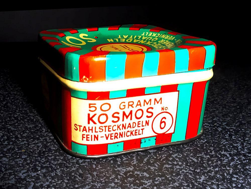 Alte rot/grüne Blechdose von Kosmos (Stahl Stecknadeln)