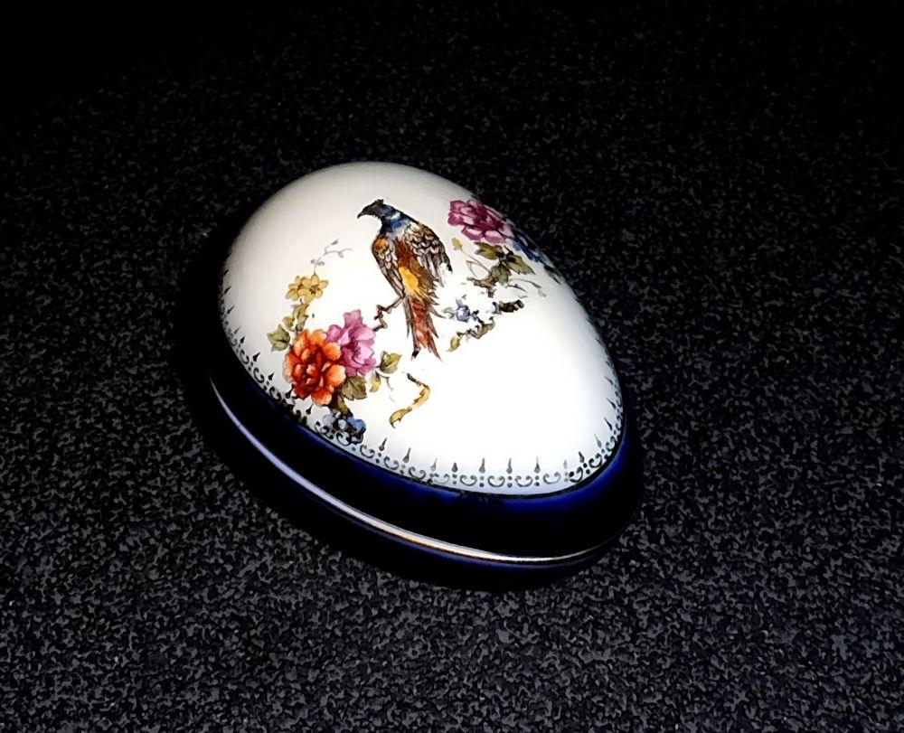 Porzellandose in Ei-Form mit Blüten- und Vogelmotiv