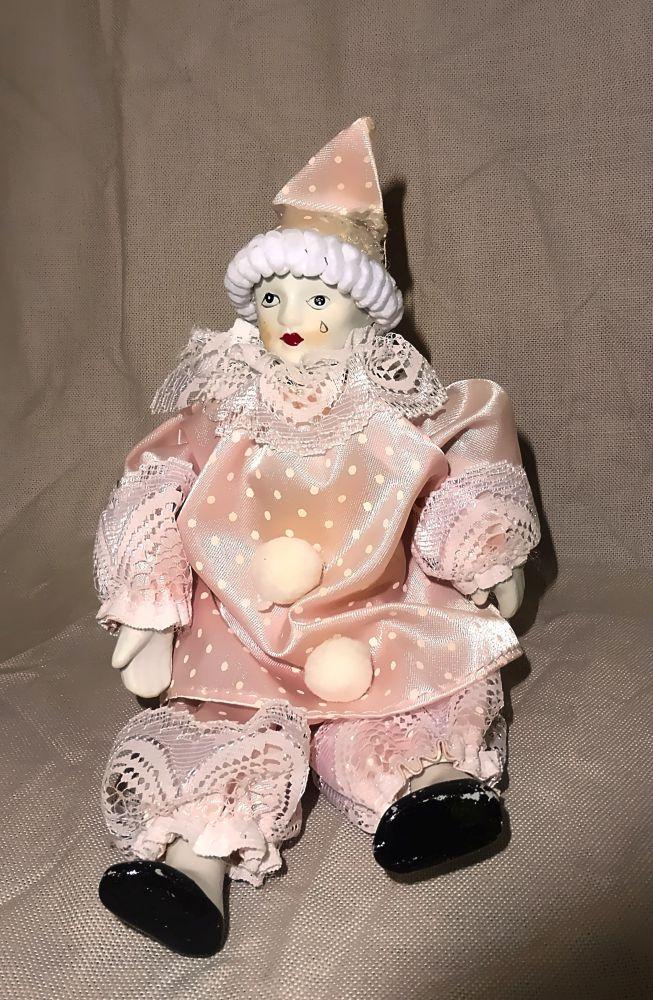 Pierrot in rosa Kostüm - sitzend