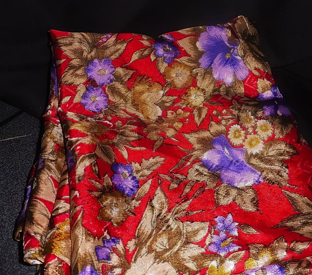 Blusenstoff - Blaue Blüten, goldene Blätter auf rotem Grund - 110x290 cm